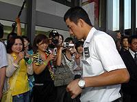 大勢のファンが待ち受ける中、伊丹空港に到着した早実・斎藤