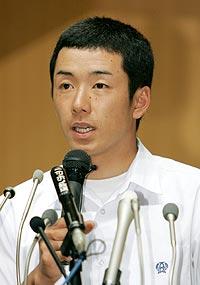 記者会見で大学進学を表明する早実高の斎藤佑樹投手=11日午後、東京都国分寺市の同高