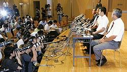大勢の報道陣を前に大学進学を表明する早実高の斎藤佑樹投手(右から2人目)=11日午後、東京都国分寺市の同校