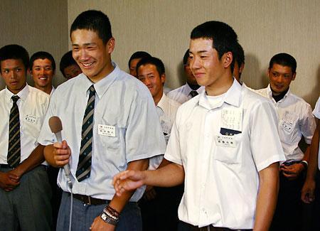 笑顔で会見する斎藤、田中ら