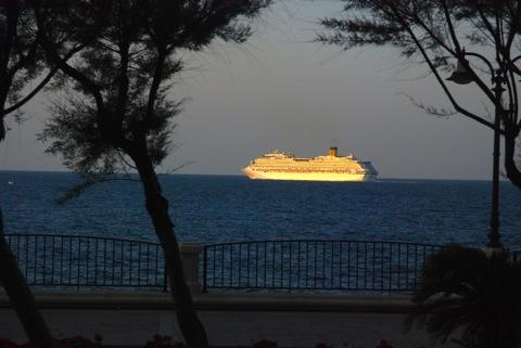 テラス席から観たクルーズ船