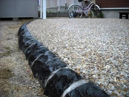 黒ピンコロRと洗い出しコンクリート