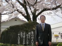 09.4.8 泉川小学校入学式で満開の桜の下での小生