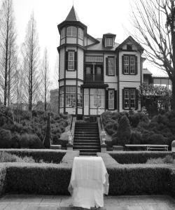 外交官の家(白黒)
