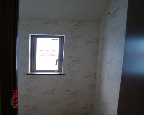 0903242Fトイレ壁紙入り口から見た