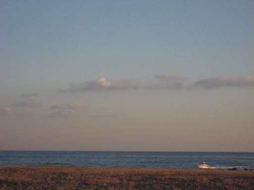 夕焼け前の雲と海