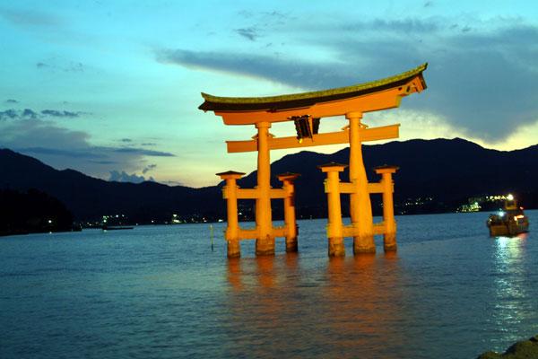 厳島神社17大鳥居ライトアップ船後方