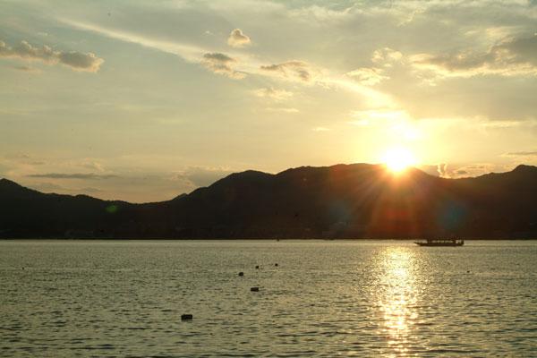 厳島神社7夕日と船