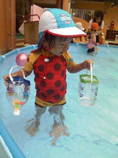 あっちゃん、保育園のプールで遊ぶ
