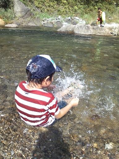 本匠の川で遊ぶ