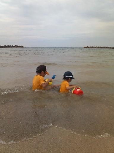 波打ち際に座り込む2人