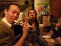 vo森川奈菜美さんg村山義光氏、焼きおにぎりを食べる
