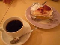 【ル クラブ ジャズ】のビル中にあるカフェのケーキとアメリカン