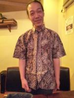 zoeさんの頂いたバリのシャツを着るg村山義光氏