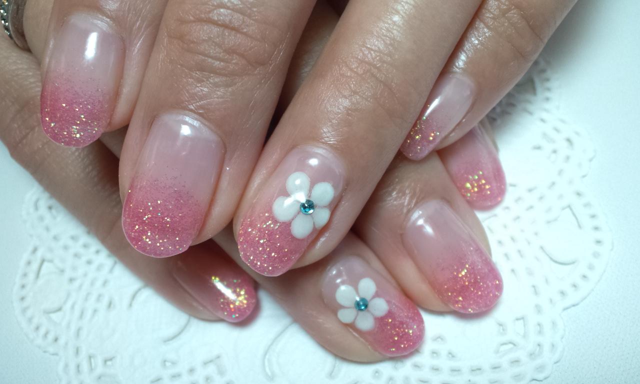 丸いお花とピンクのラメグラデーションジェルネイル