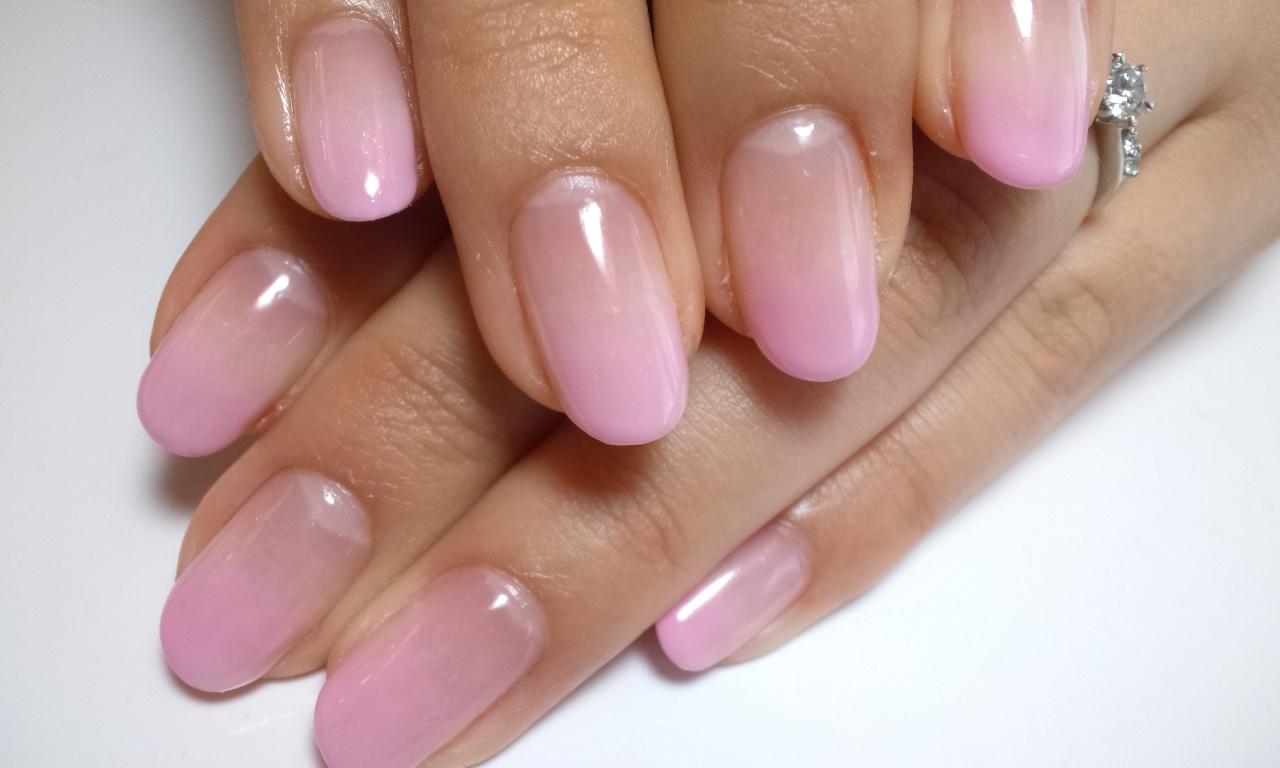 ピンクのカラーグラデーションジェルネイル