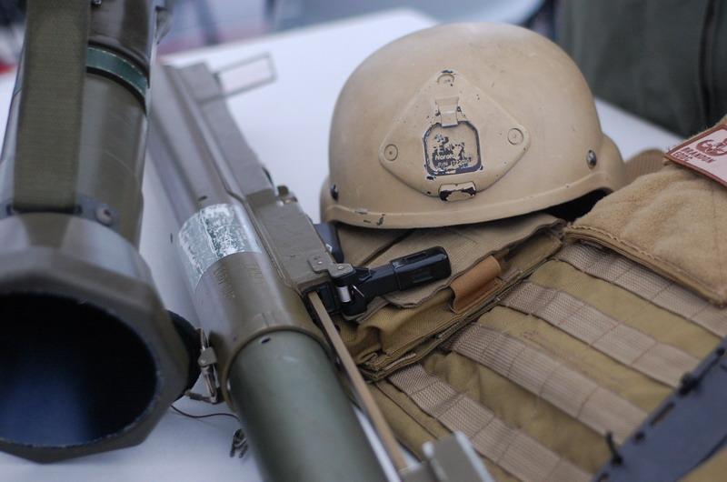 ヘルメットとロケット砲