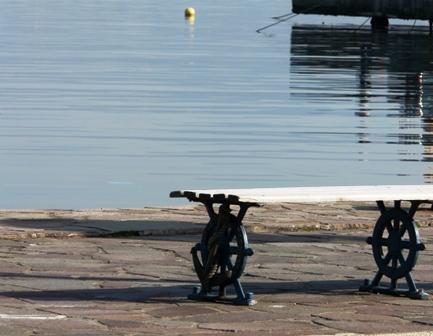 港のベンチ