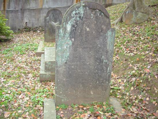 メーソンの印を削られた墓