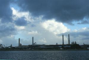 港の工場の上の雲