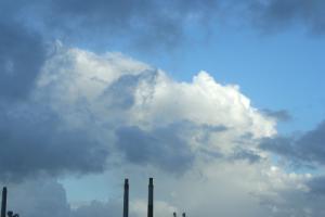 煙突からの煙のような雲ですね