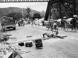 マレー半島内の橋梁を破壊するイギリス軍工兵