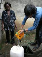 井戸での水くみ特訓中