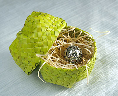 バンダンの葉で編んだ小さなケースつき