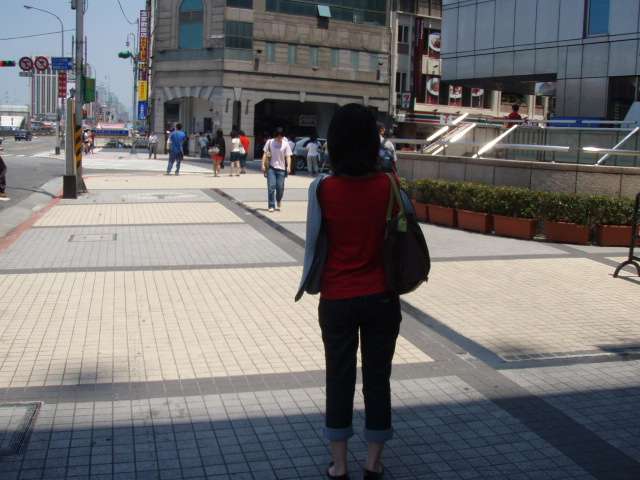 台北市内 日陰で信号待ち