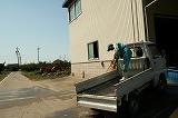 トラックを洗う