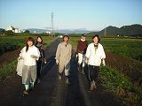 枝豆畑から公民館へ戻る