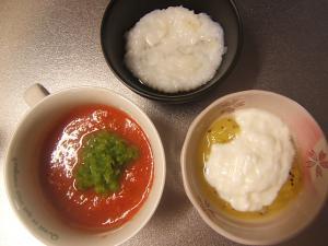 トマトの煮干スープインゲン添えとキウイヨーグルトとお粥