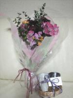 お花とペア焼酎カップのプレゼント