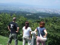 モヤヒルズから青森市を眺める3人