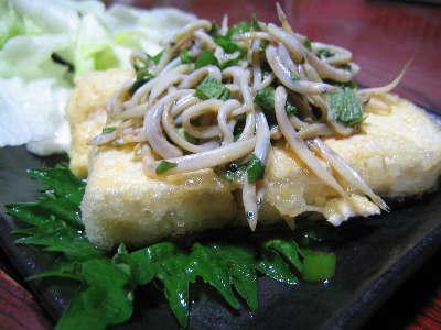 揚げ出し豆腐のシラスシソ和えのせ