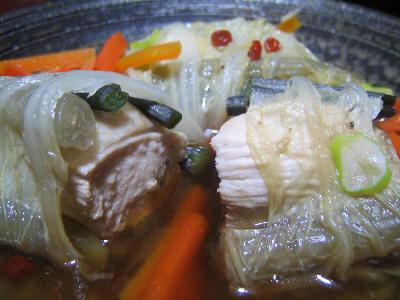 鶏肉と山菜を白菜に包んだもの