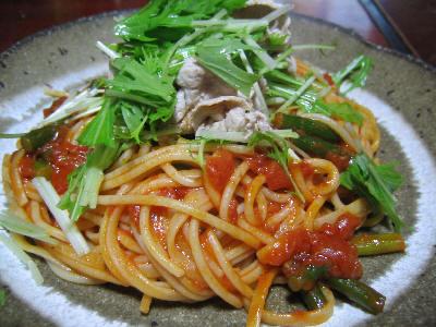 トマトとニンニクの芽パスタ水菜豚肉和えのせ