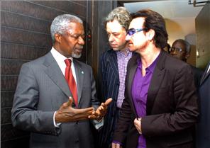 アナン国連事務総長とライブ8主催者ボノとボブ・ゲルドフ