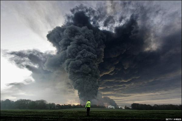英石油貯蔵所で爆発