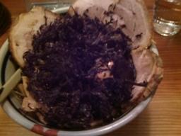 「じょんのび」の全部入りラーメン。黒いのは大量の岩海苔。