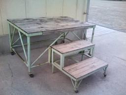 投票所となった中学校の片隅にあった朝礼台。キャスター付き。