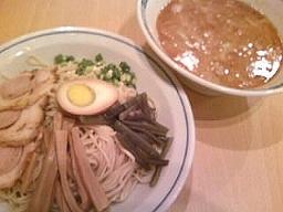 桂花もつけ麺を導入。このスープに細麺は合わないような…。