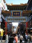 中華街の入口で人々を見守る善隣門。