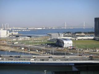 横浜そごうとスカイビルの連絡通路から見たベイブリッジとマリノスタウン。