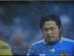寒さ+雪というコンディションの中で始まったサッカーFIFAW杯アジア予選。先制点も冴えない表情の遠藤(G大阪)。