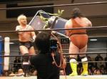 ターザン後藤はリングに観客席の椅子を持ち込み、コリノとちゃんばら。