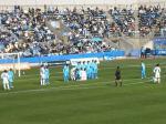 横浜FCゴール前で鳥栖のFK。壁の前に鳥栖の選手が2人ひざ立ちで陣取る奇妙な体勢。記念撮影じゃないんだからさ。