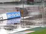 試合開始前、駒場スタジアムはものすごい雷雨。