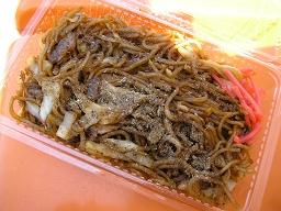 富士宮やきそば。太麺にイワシの削り粉。