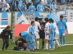 前半、GK菅野とロペスがゴール前で交錯。審判はロペスのファウルをとり、仙台選手が詰め寄る。今日はこんなシーンばかり。